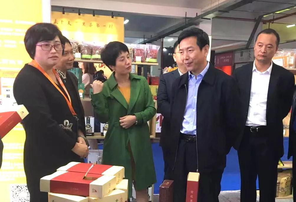 """县委书记熊哲文一行来到""""安化电商·智慧馆""""调研指导工作"""